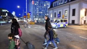 Poliisi ohjailee jalankulkijoita keskusrautaieaseman lähellä eilenillalla.