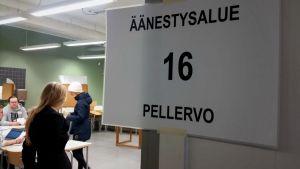 Ihmisiä äänestämässä kuntavaaleissa