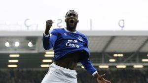 Evertonin Romelu Lukaku tuuletti Valioliiga-kauden 23:tta maaliaan Leicesteriä vastaan.