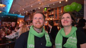 Jukka Vornanen ja Elina Rantanen Vihreidein vaalivalvojaisissa Turussa.
