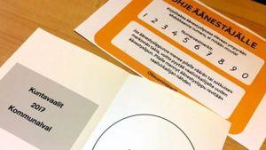 Ohje äänestäjälle kuntavaaleissa ja äänestyslipuke.