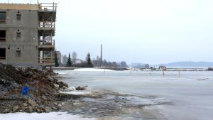 Rakenteilla olevia rakennuksia Kuopion Maljalahden rannalla.
