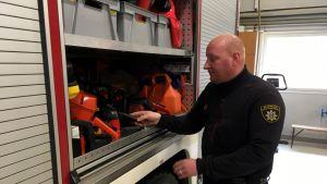 Isojoen asemavastaava, palomies Patrik Uuro tarkistaa, että kalusto on kunnossa.