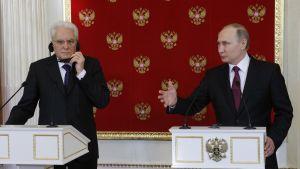 Mattarella ja Putin seisovat puhujakorokkeiden takana.