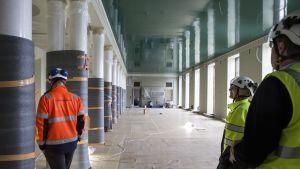 Rakennusmiehiä eduskuntatalon käytävällä
