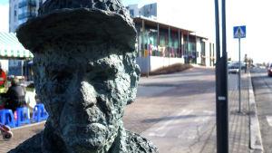 Valte Niemisen patsas Pirkkalassa