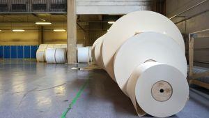 Kartonkirullia Kotkamillsin tehtaalla