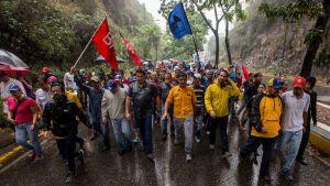 Venezuelan kansalliskokouksen johtaja Julio Borges (keskellä)  osallistui mielenosoituksiin Caracasissa, Venezuelassa 14.4. 2017.