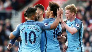 Manchester Cityn pelaajat juhlivat Leroy Sanen maalia.