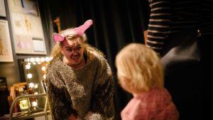 Pupu, alias Anniina Salminen, pyytää lapsilta apua.