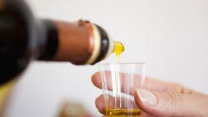 oliiviöljyä kaadetaan mukiin