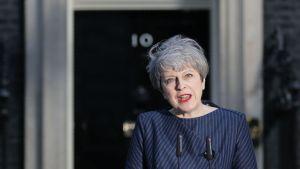 Theresa May pitämässä tiedotustilaisuutta virka-asuntonsa edessä tiistaina.