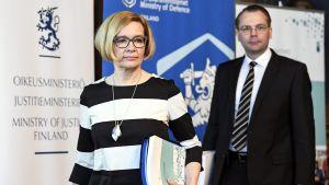 Sisäministeri Paula Risikko ja puolustusministeri Jussi Niinistö vastaanottivat tiedustelulainsäädäntöön liittyvät mietinnöt Helsingissä 19. huhtikuuta