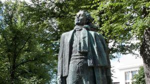 Eino Leinon patsas Helsingissä.