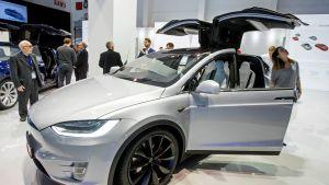 Teslan sähköauto, lokkiovet auki