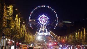 Poliiseja Champs Elyseellä.
