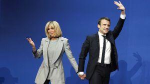 Emmanuel Macron juhli 1. kierroksen voittoa puolisonsa Brigitte Trogneux'n kanssa Pariisissa 23. huhtikuuta.