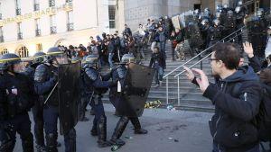 Fasismin vastustajat ottivat yhteen poliisin kanssa vaalitulosennusteen aikana Pariisissa 23. huhtikuuta.