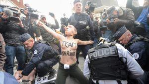 Aktivistiryhmä Femenin mielenosoitus Kansallinen rintama -puoluetta vastaan Henin-Beaumontissa sunnuntaina.