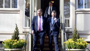 Juha Sipilä ja Petter Orpo, taustalla Timo Soini.