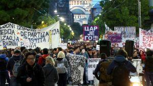 Tuhannet osoittivat mieltä pääministeri Aleksandar Vučićin valintaa vastaan 18.4.2017 Belgradissa.
