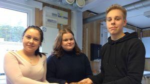 Iina Myyryläinen, Eve Pynnönen ja Aaron Hietaniemi tekivät rättänäkakun. He opiskelevat yhdeksännellä luokalla Rantakylän yhtenäiskoulussa Mikkelissä.