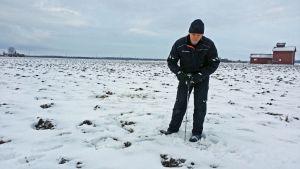 Routa ja lumi estävät vielä tehokkaasti peltotöiden aloittamista Etelä-Pohjanmaalla. Pro Agria Etelä-Pohjanmaan erityisasiantuntija Pekka Tuomisto mittailee sulaa maata Ylistaron Pelmaalla.