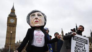 Brexitiä vastustavia mielenosoittajia.