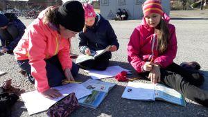 Oppilaita Kaarinan Hovirinnan koulun pihalla.