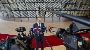 Eurooppa-neuvoston puheenjohtaja Donald Tusk lehdistön edessä.