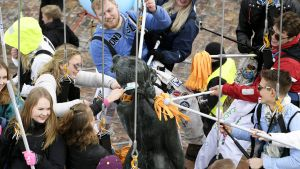 Opiskelijat pesevät Havis Amanda -patsasta vappuaattona Helsingin keskustassa