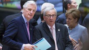 Michel Barnier, Jean-Claude Juncker ja Angela Merkel huippukokouksessa Brysselissä 29. huhtikuuta.