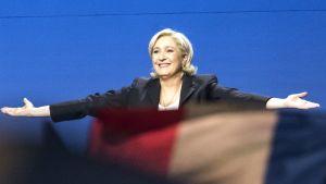 Le Pen kädet sivuilleen levitettynä.