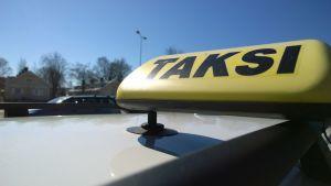 Taksi-kyltti.