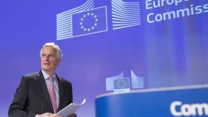Michel Barnier tiedotustilaisuudessa Brysselissä keskiviikkona.