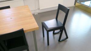Tuoli, jossa on keinuttelujalat