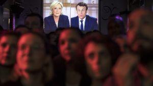 Emmanuel Macronin kannattajat seurasivat vaaliväittelyä pariisilaisessa baarissa keskiviikkoiltana.