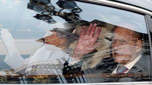 Prinssi Philip tervehtii autosta kuningatar Elisabet vieressään.
