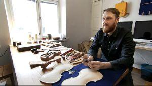 Muotioilija Jonas Hakaniemi rakentaa ensimmäistä soitintaan.