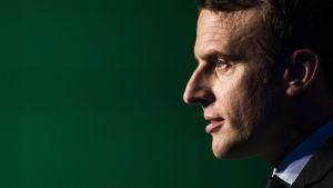 Emmanuel Macron profiilikuvassa vihreällä taustalla.