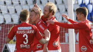 HIFK:n Pauli Kuusijärvi (vas.), Kim Raimi ja Esa Terävä (oik.) onnittelevat Mikael Forsellia (2:nen vas.) 1-0 maalista jalkapallon Veikkausliigan ottelussa HIFK vastaan RoPS Helsingissä lauantaina 6. toukokuuta 2017.