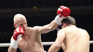 Jussi Koivula (punainen) voitti Bosnia Herzegovinan Nerdin Fejzovicin Turun nyrkkeilyillassa 6.5.2017.