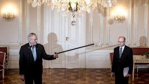 Presidentti Milos Zeman osoittaa kävelykepillään pääministeri Bohuslav Sobotkaa Prahan linnassa 4. toukokuuta 2017.