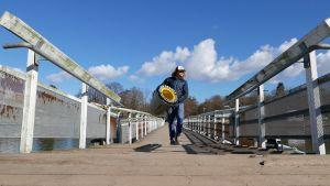 Seabinin toimitusjohtaja Pete Ceglinski kantaa meriroskista Helsingissä.