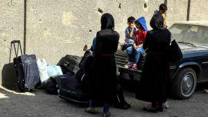 Kapinallisten perheenjäseniä odottamassa evakuointia Barzehin alueella Damaskoksessa 8. toukokuuta.