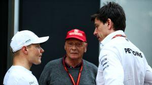 Valtteri Bottas (vas.), Mercedes-tallin puheenjohtaja Niki Lauda ja tallipäällikkö Toto Wolff