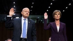 Yates ja Clapper vannomassa valaa kädet ylhäällä.