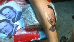 Herbert Lönnforsin kuvaa tatuoidaan pojanpoikansa jalkaan