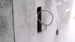 Sähköjohto seinässä rakennustyömaalla.