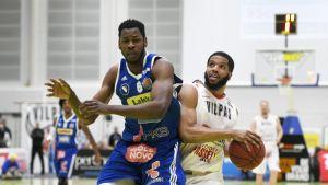 Katajan Kevin Bristol (vas.) ja Vilppaan Al'lonzo Coleman Korisliigan 5. finaaliottelussa Salon Vilpas vastaan Kataja Basket 10. toukokuuta 2017 Salossa.